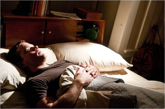 Photo de Matt Damon allongé dans un lit et pensif dans le film Au-delà de Clint Eastwood.