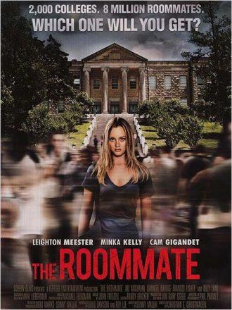 Affiche de The Roommate sur laquelle Leighton Meester se tient au milieu de la cour de son université et regarde bizarrement l'objectif.
