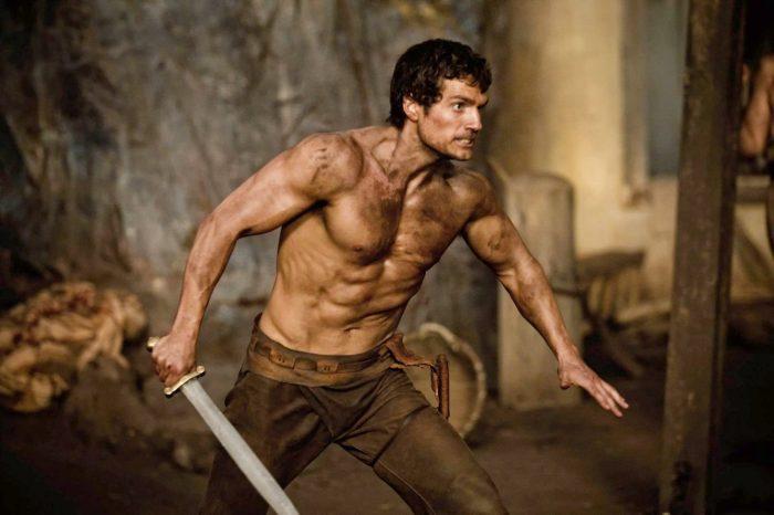 Photo d'Henry Cavill prêt à combattre armé d'une épée dans le film Immortels de Tarsem Singh.