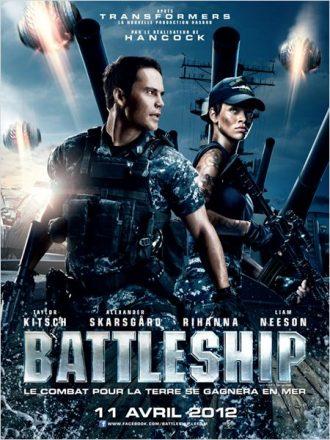 Affiche du film Battleship sur laquelle Taylor Kitsch et Rihanna sont lourdement armés sur un porte-avion. Des vaisseaux extraterrestres sont visibles dans le ciel.