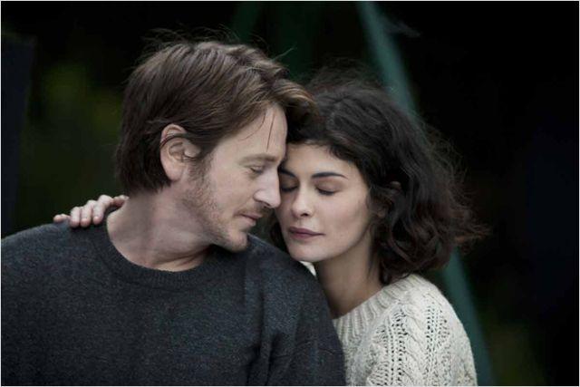 Photo tirée du film Des vents contraires de Jalil Lespert sur laquelle Benoit Magimel et Audrey Tautou s'étreignent.