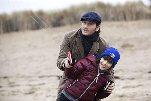 Photo de Benoit Magimel faisant du cerf volant sur la plage avec son fils dans le film Des vents contraires de Jalil Lespert.