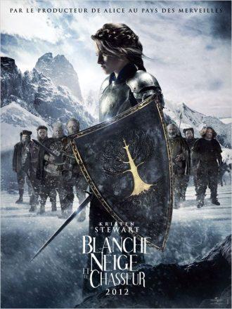 Affiche du film Blanche Neige et le Chasseur sur laquelle l'héroïne est prête à combattre, accompagnée des sept nains.