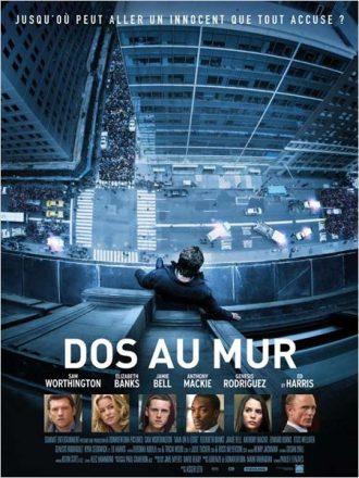 Affiche du film Dos au mur sur laquelle Sam Worthington est sur la corniche d'un immeuble new yorkais et regarde le vide. La photo est prise de haut. En bas de l'affiche, des portraits des différents personnages sont visibles.