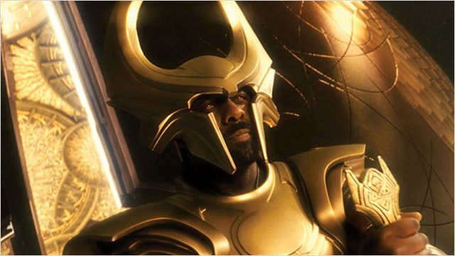 Photo d'Idris Helba en tenue de Heimdall gardant le portail dans le film Thor de Kenneth Branagh.