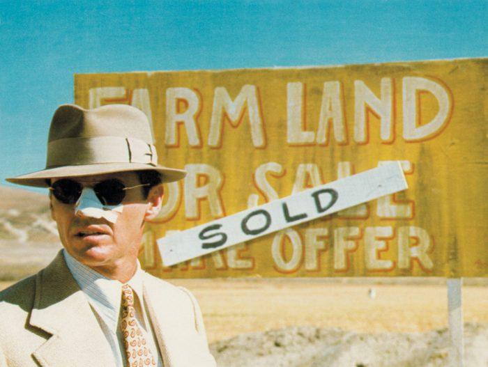 Photo de Jack Nicholson dans le désert avec un pansement sur le nez dans le film Chinatown de Roman Polanski.