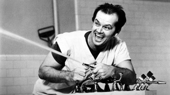 Photo de Jack Nicholson jouant avec l'arrosage dans le film Vol au dessus d'un nid de coucou de Milos Forman.
