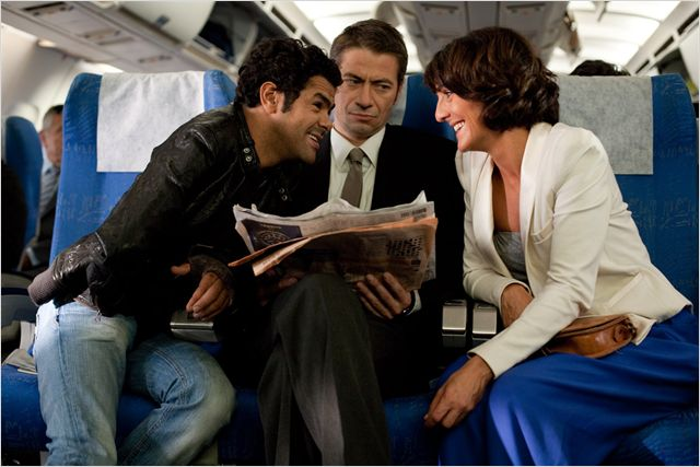 Photo de Jamel Debbouze et Florence Foresti riant ensemble dans l'avion dans le film Hollywoo.
