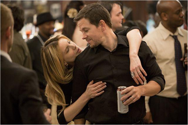 Photo de Kate Beckinsale et Mark Wahlberg s'étreignant lors d'une fête dans le film Contrebande.