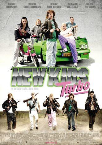 Affiche du film New Kis Turbo sur laquelle la bande d'amis est adossé sur une voiture tunée sur une première photo et marchant lourdement armée sur une seconde photo en bas de l'affiche.