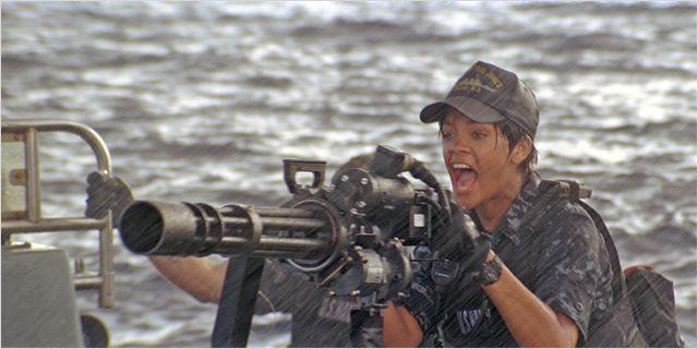 Photo de Rihanna tirant à la mitrailleuse sur un bateau dans le film Battleship de Peter Berg.