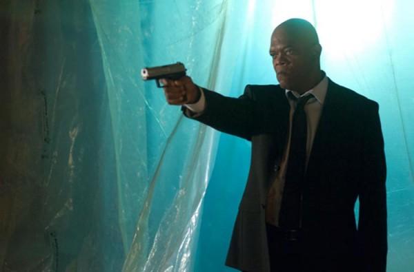 Photo de Samuel L. Jackson pointant son arme vers un ennemi avec un air énervé dans le film The Samaritan.
