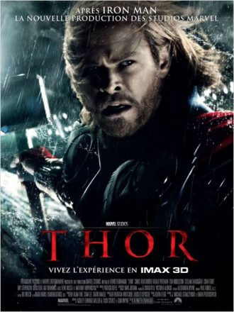 Affiche du film Thor de Kenneth Branagh dans lequel Chris Hemsworth est face à l'objectif dans une tempête et brandit son marteau.