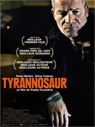 Affiche du film Tyrannosaur sur laquelle Peter Mullan est adossé au comptoir d'un pub.