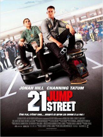 Affiche du film 21 Jump Street sur laquelle les deux policiers incarnés par Jonah Hill et Channing Tatum sont assis sur le capot de leur voiture sur le parking de leur lycée.