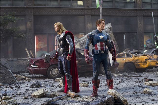 Photo de Chris Hemsworth et Chris Evans contemplant les ruines dans New York dans le film Avengers de Joss Whedon.