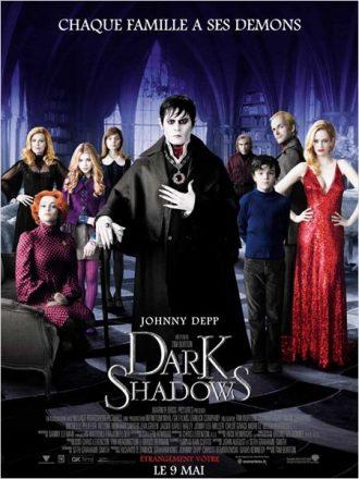 Affiche du film Dark Shadows sur laquelle tous les personnages menés par Johnny Depp posent face à l'objectif dans le manoir de ce dernier.