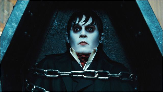 Photo de Johnny Depp dans le film Dark Shadows de Tim Burton. L'acteur est retenu prisonnier dans son cercueil et paraît stupéfait.