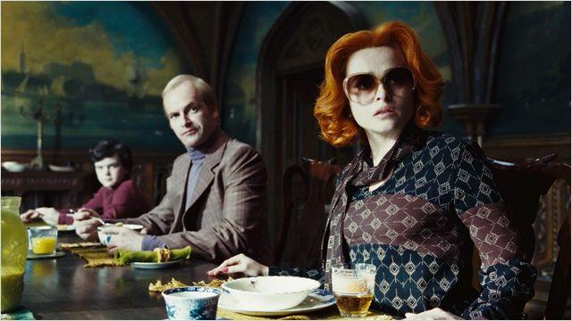 Photo de Jonny Lee Miller et Helena Bonham Carter paraissant stupéfaits lors d'un repas dans le film Dark Shadows de Tim Burton.