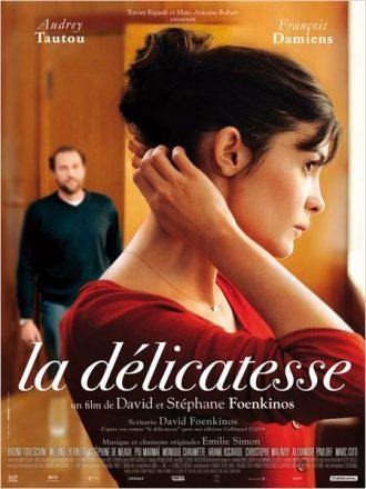 Affiche du film La délicatesse de David et Stéphane Foenkinos sur laquelle Audrey Tautou se touche le cheveux de profil alors que François Damiens entre dans la salle où elle se trouve au second plan.