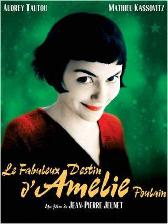 Affiche du film Le Fabuleux Destin d'Amélie Poulain de Jean-Pierre Jeunet sur laquelle Audrey Tautou paraît timide et sourit à l'objectif devant un fond vert.