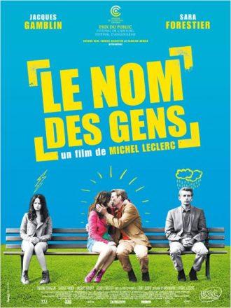 Affiche du film Le nom des gens de Michel Leclerc qui mêle dessin et photo. Sur un banc, Jacques Gamblin et Sara Forestier sont à la fois très éloignés mais également en train de s'embrasser au milieu du banc.