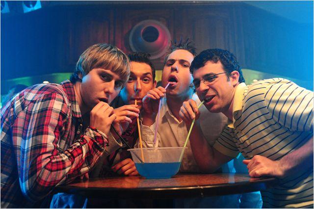 Photo du groupe d'amis du film Les Boloss qui boivent de l'alcool à l'aide d'une paille en regardant l'objectif.