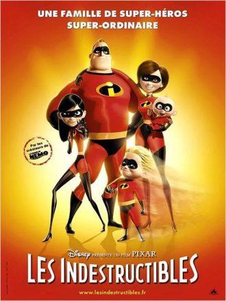 Affiche du film Les Indestructibles de Brad Bird sur laquelle toute la famille Indestructible pose en costumes face à l'objectif.