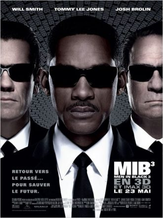 Affiche du film Men In Black 3 de Barry Sonnenfeld sur laquelle Will Smith est au premier plan et Josh Brolin et Tommy Lee Jones sont côte à côte au second plan.
