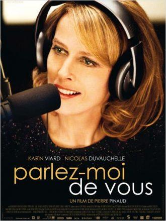 Affiche de Parlez-moi de vous sur laquelle Karin Viard parle dans un micro à la radio en regardant un interlocuteur.