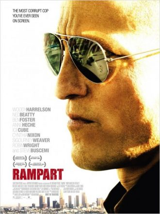 Affiche de Rampart sur laquelle nous voyons Woody Harrelson de face avec une voiture de police dans le reflet de ses lunettes.