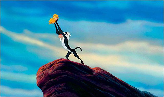 Photo de Rafiki soulevant Simba bébé dans le film Le Roi Lion.