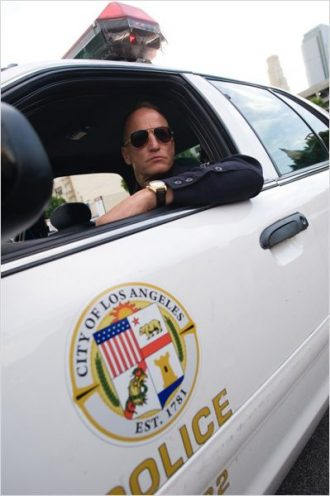 Photo de Woody Harrelson au volant de sa voiture de police dans le film Rampart.