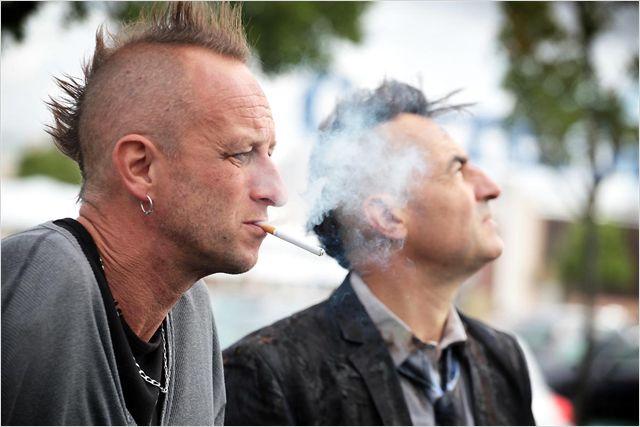 Photo de Benoit Poelvoorde et Albert Dupontel, tous deux dans la rue avec des coupes punks.