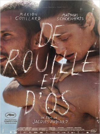 Affiche du film De Rouille et D'Os sur laquelle Matthias Schoenaerts porte Marion Cotillard sur la plage.