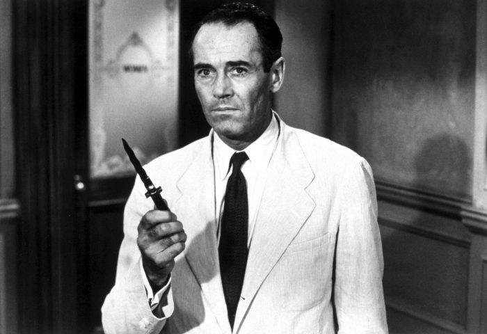 Célèbre photo d'Henry Fonda tenant un couteau dans le film 12 hommes en colère de Sidney Lumet.