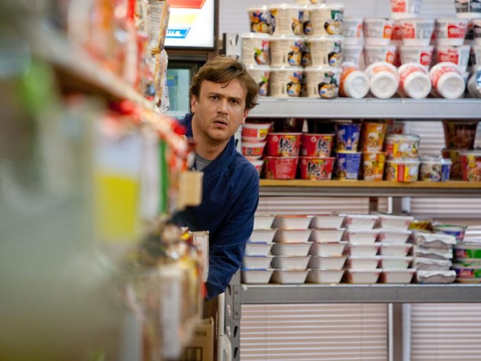Photo de Jason Segel espionnant quelqu'un dans un supermarché dans le film Jeff who lives at home.