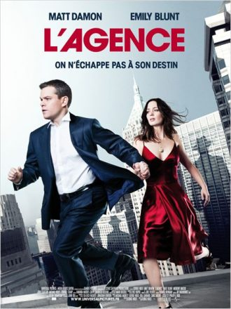 Affiche du film L'agence sur laquelle Matt Damon et Emily Blunt courent sur un toit de New York. Les ombres d'hommes vêtus d'un chapeau sont visibles sur les immeubles.