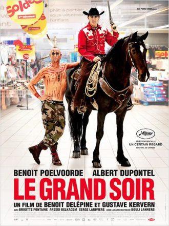 Affiche du film Le Grand Soir sur laquelle Benoit Poelvoorde est déguisé en indien et Albert Dupontel en cow-boy, sur un cheval, dans un supermarché. Les deux acteurs posent face à l'objectif.