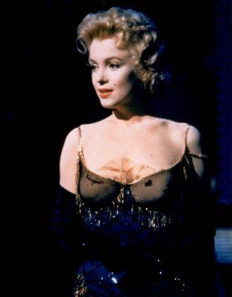 Photo de Marilyn Monroe dans le film Bus Stop de Joshua Logan. l'actrice est sur scène et s'apprête à chanter.