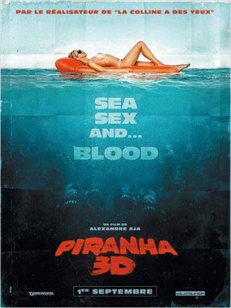 Affiche du film Piranha 3D d'Alexandre Aja sur laquelle une femme bronze sur la mer alors que des piranhas avec des dents monstrueuses sont sous l'eau prêts à attaquer.