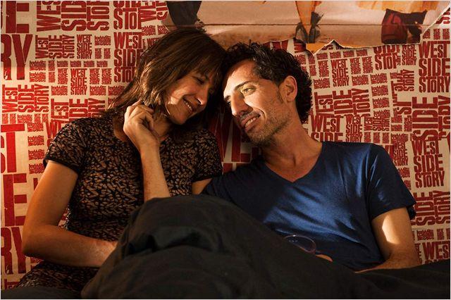 Photo de Sophie Marceau et Gad Elmaleh qui s'étreignent dans un lit dans le film Un bonheur n'arrive jamais seul de James Huth.