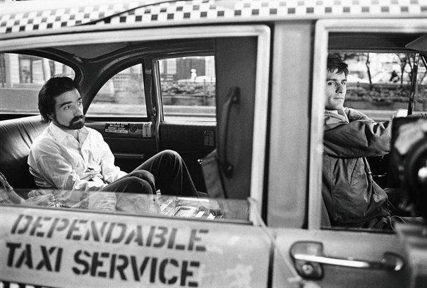Photo de Martin Scorsese dirigeant De Niro à l'arrière du taxi dans le film Taxi Driver.