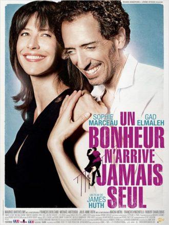 Affiche du film Un bonheur n'arrive jamais seul de James Huth sur laquelle Sophie Marceau et Gad Elmaleh s'étreignent.