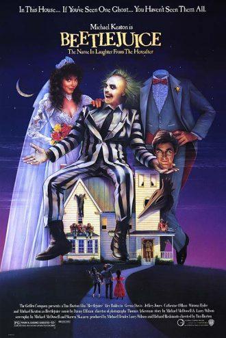 Affiche du film Beetlejuice sur laquelle le personnage titre et les spectres interprétés par Geena Davis et Alec Baldwin surplombent la maison qu'ils hantent.
