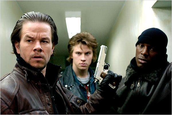 Photo de Mark Wahlberg, Garrett Hedlund et Tyrese Gibson s'avançant dans le couloir d'un immeuble armés dans le film Quatre Frères de John Singleton.