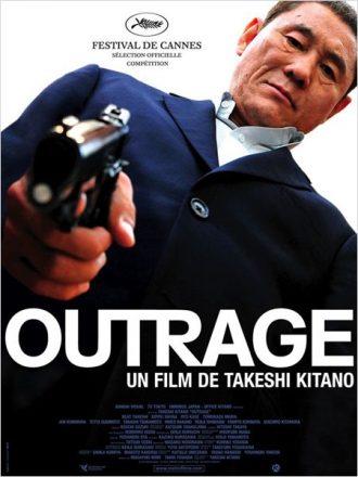 Affiche du film Outrage sur laquelle Takeshi Kitano est pris en contre-plongée et pointe son arme vers l'objectif.