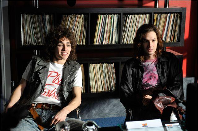 Photo de Robert Sheehan et Ben Barnes dans le film Killing Bono. Les deux rockeurs échangent lors d'un rendez-vous chez une maison de disques.