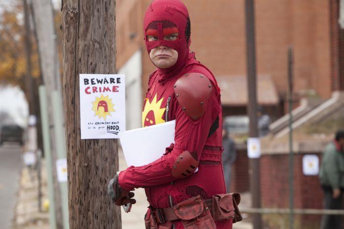 Photo de Rainn Wilson dans le film Super de James Gunn sur laquelle le héros costumé affiche ses publicités dans la rue.