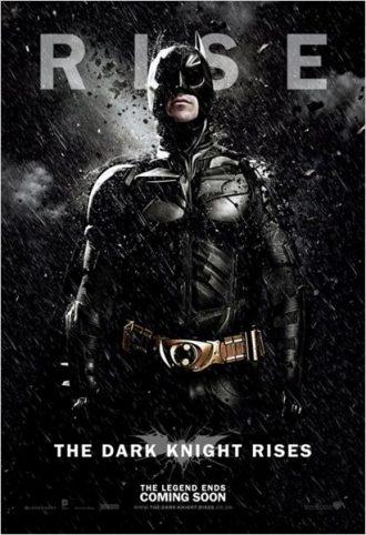 Affiche du film The Dark Knight Rises sur laquelle Batman se tient droit face à l'objectif sous une pluie extrêmement sombre.